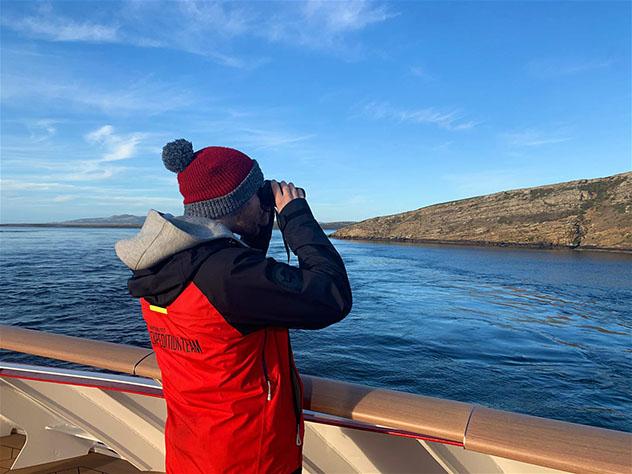 Kieran Love, biólogo, en el barco de Hurtigruten en la Antártida