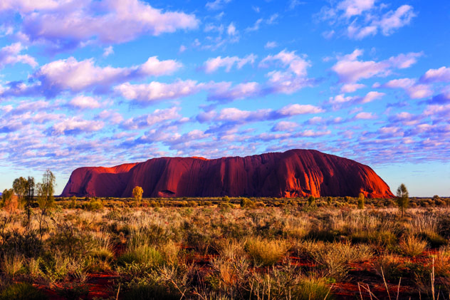 Una imagen emblemática de Uluru al alba, Centro Rojo, Australia © Maurizio De Mattei / Shutterstock