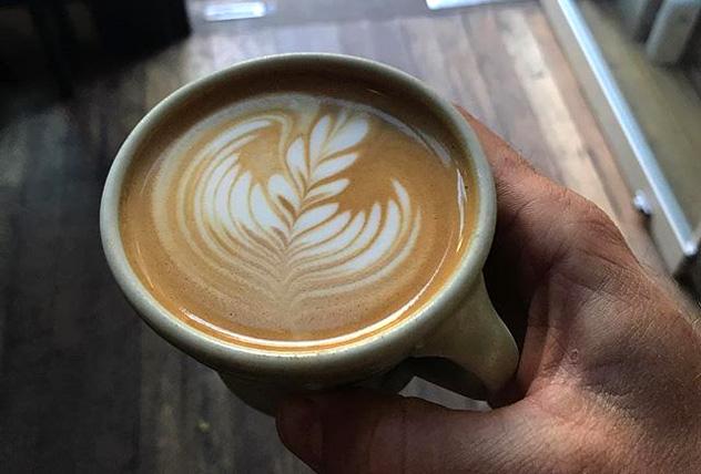 Preparar un flat white es cosa seria en Barrio; y en cualquier café sofisticado de Canberra, Australia © Andy Mullens - www.barriocollective.com