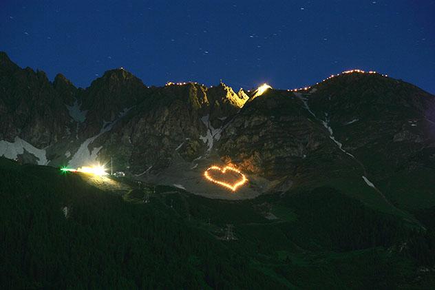 Celebración del solsticio de verano en las montañas del Tirol, Austria