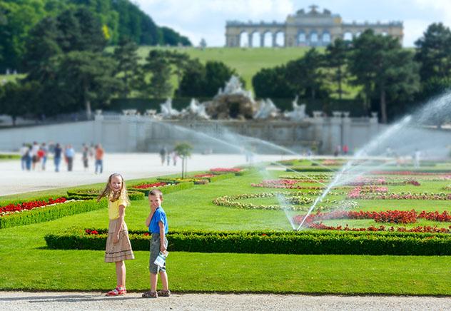 Niños en el Palacio de Schönbrunn de Viena, Austria. Viaje sostenible Lonely Planet