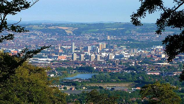 Vistas al centro de Belfast desde las laderas boscosas de Cave Hill © Girl Grace / Shutterstock