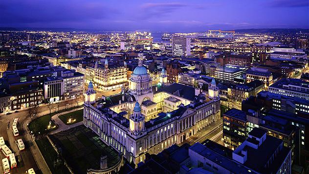 El ayuntamiento de Belfast, la ciudad y el mar extendiéndose tras su majestuosa cúpula de cobre © IIC / Axiom / Getty Images