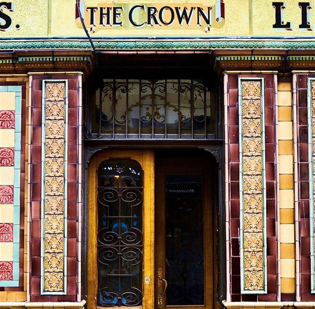 El Crown Liquor Saloon, acreditado por el National Trust y por bebedores expertos © Andrew Montgomery / Lonely Planet
