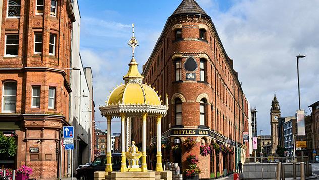 La Jaffe Memorial Fountain y el Bittles Bar en Victoria Square © Andrew Montgomery / Lonely Planet