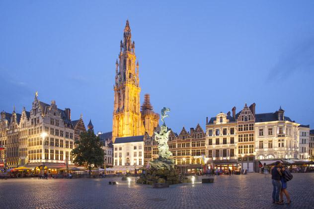 Catedral gótica de Nuestra Señora, Handschoenmarkt, Amberes, Bélgica © Kris Ubach