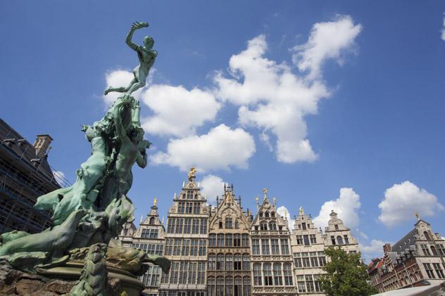 Monumento del gigante Antigoon y el soldado Brabo y fachadas de casas gremiales, Grote Mark, Amberes, Bélgica © Kris Ubach