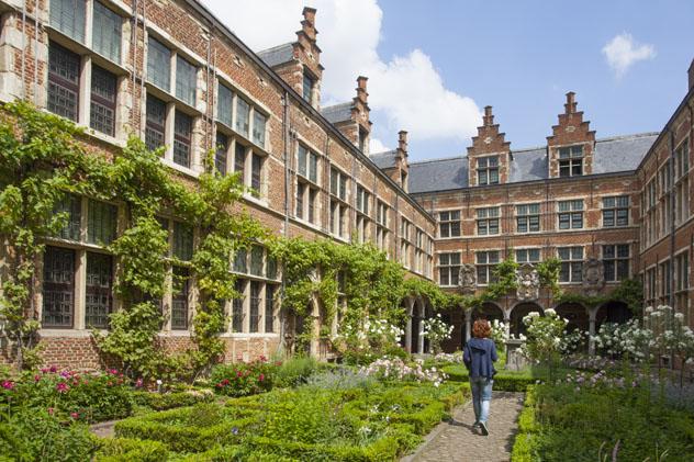 Jardines del Plantin Moretus, Amberes, Bélgica © Kris Ubach