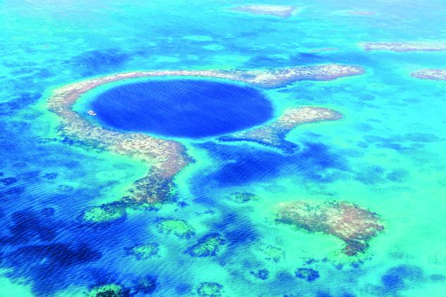 El Blue Hole, un enclave extraordinario para bucear, tiene 124 m de profundidad, Belice © Matteo Colombo / Getty Images