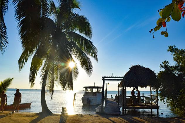 El ambiente mochilero relajado de Cayo Corker lo convierte en el destino ideal para los viajeros solitarios que quieren tomar el sol, Belice © Emma Shaw / Lonely Planet