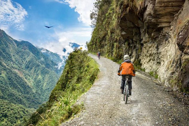 Recorrer en bicicleta la Carretera de la Muerte, en Bolivia, es una de las experiencias en solitario más desafiantes de Sudamérica © filippo romeo / Getty Images