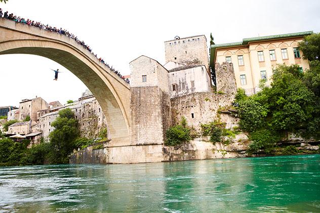 Un intrépido saltador atrae a una multitud de espectadores en Mostar, Bosnia y Herzegovina © Matt Munro / Lonely Planet