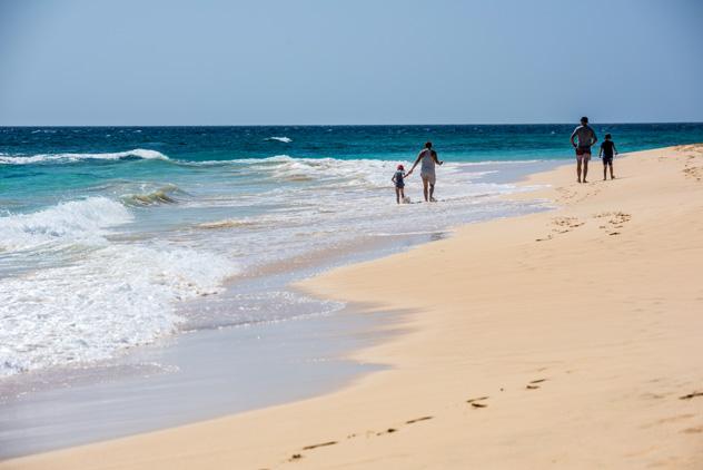 Kilómetros de playa en Isla de Sal, Cabo Verde © Costin Marian / Shutterstock