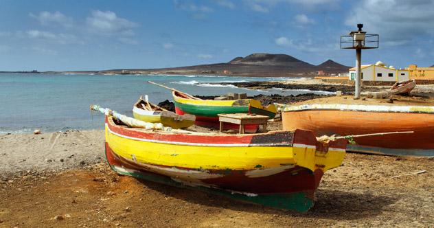 Playa de São Pedro, Isla de Saõ Vicentre, Cabo Verde © Frank Bach / Shutterstock