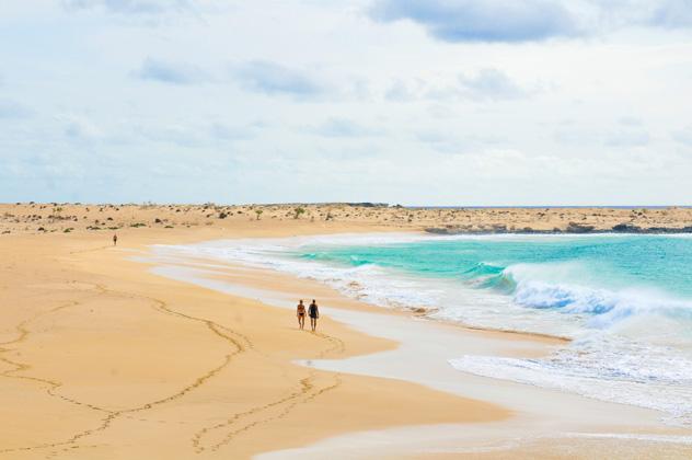 Playa tranquila de isla de Boa Vista, Cabo Verde © Lucian Milasan / Shutterstock
