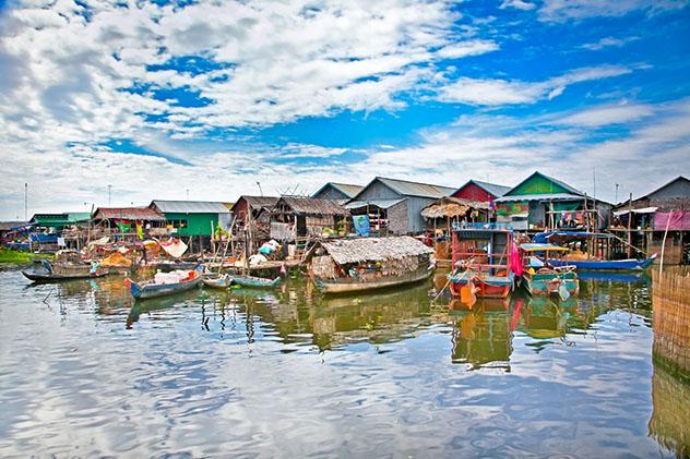 En febrero, el nivel del agua sigue alto en el lago Tonlé Sap, por eso es buena época para explorar sus coloridos pueblos flotantes, Camboya © Aleksandar Todorovic / Shutterstock