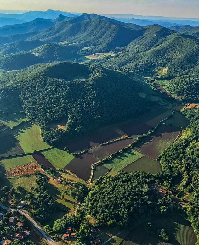 Cataluña interior del norte: vista de los volcanes de La Garrotxa desde un globo