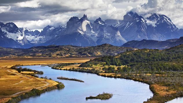 El río Paine serpentea desde la elevada cordillera del Paine, en el Parque Nacional Torres del Paine, la gran atracción de la Patagonia chilena © Matt Munro / Lonely Planet