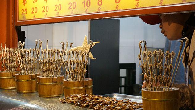 Mercado nocturno de Dönghuámén, Beijing, China © Anita Isalska / Lonely Planet
