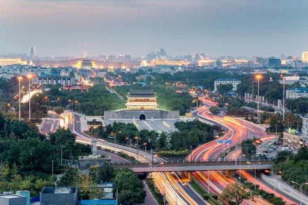 El tren de alta velocidad pasa ante la puerta Yongding de Beijing transportando pasajeros por todo el país, China © HelloRF Zcool / Shutterstock