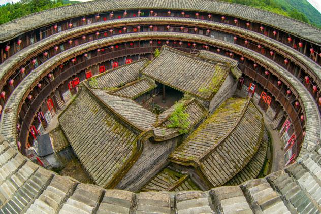 Es buena idea apearse del 'tren de la costa' en Fujian para alojarse en una 'tulou' (casa redonda), China © Richie Chan / Shutterstock