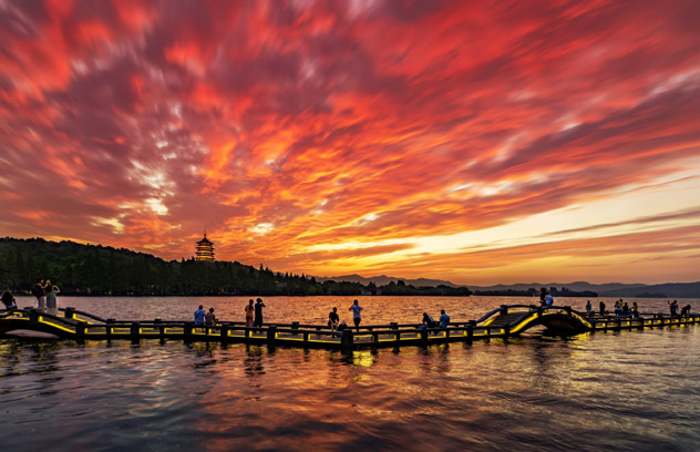 Atardecer en el lago Occidental de Hangzhou, China © Haitao Zhang / Getty Images / Moment RF