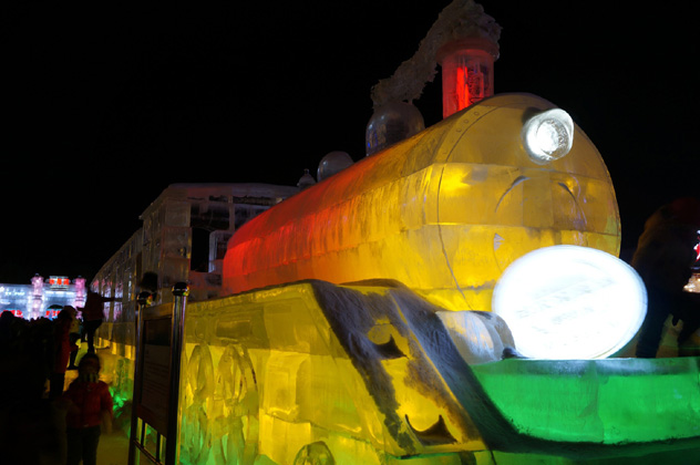 ¡Todo el mundo a bordo del tren de hielo! La línea de alta velocidad a Harbin permite visitar el festival de hielo anual en enero, China © Anita Isalska / Lonely Planet