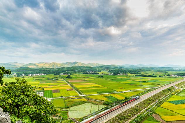 China posee la mayor red de trenes de alta velocidad del mundo, con más de 22 000 km de vías © HelloRF Zcool / Shutterstock