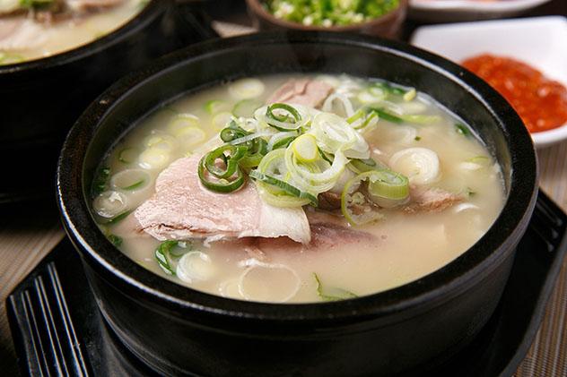 El plato típico de Busan es el 'isdwaeji gukbap', un guiso de carne de cerdo con caldo, Corea del Sur © TMON / Shutterstock