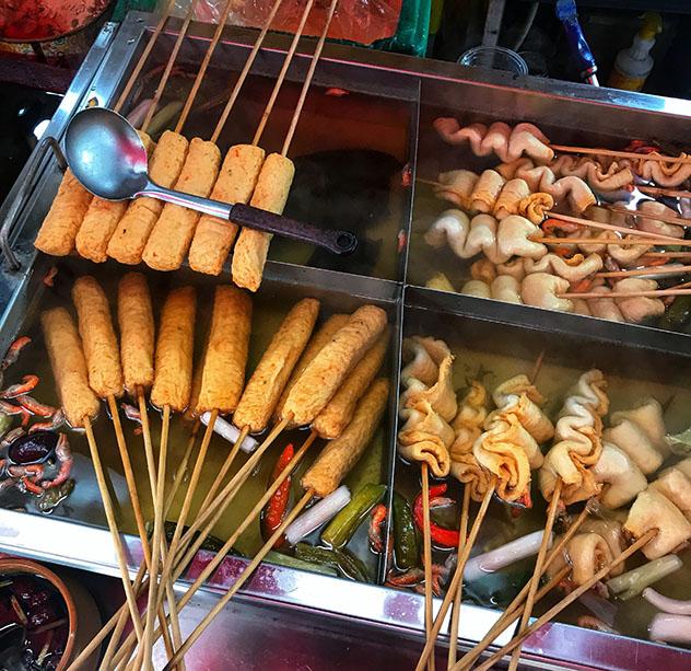 El 'eomuk', o pastel de pescado, es un bocado muy popular en las calles de Busan, Corea del Sur © MaSovaida Morgan / Lonely Planet