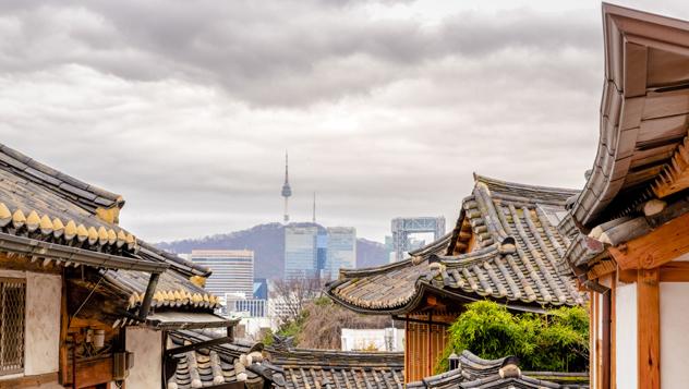 Lo tradicional y lo futurista convergen en Seúl, la capital de Corea del Sur © uschools / Getty Images