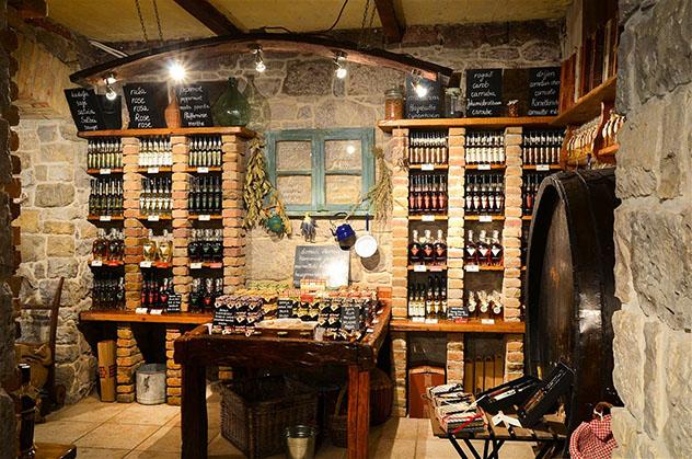 Amplia selección de rakijas y mermeladas en la Destilerija Aura, Istria, Croacia © Destilerija Aura