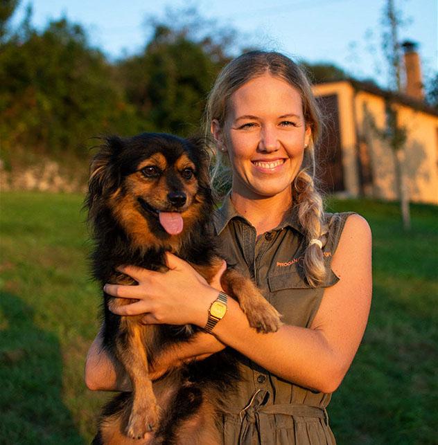 Višnja Prodan mantiene una estrecha conexión con sus perros, Istria, Croacia © William Torrillo / Prodan Tartufi