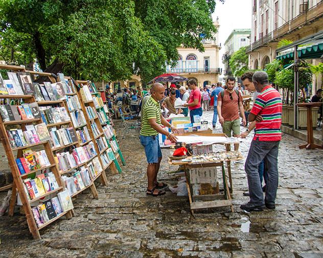 Comercio local en Plaza de Armas, La Habana, Cuba