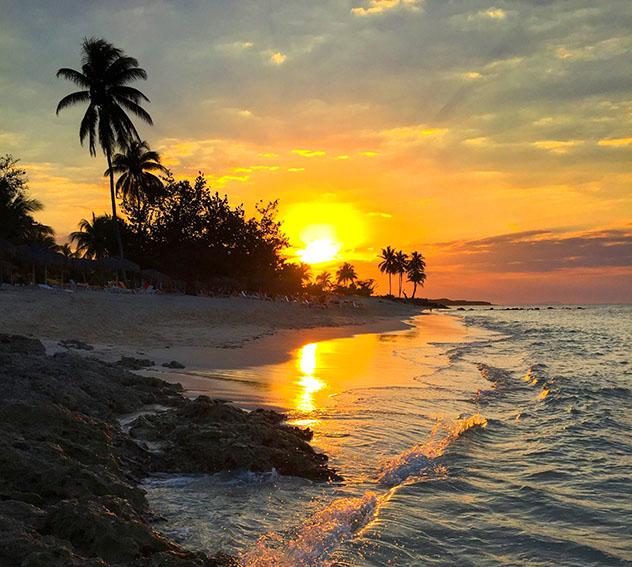 Guardalavaca ofrece una gran combinación de arena y cerros, Cuba © Dana Harper / Shutterstock