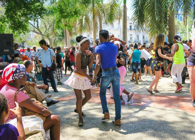 Lugareños y viajeros en La Habana, Cuba © Lesinka372 / Shutterstock