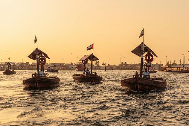 Cruzando el Dubai Creek a la antigua a bordo de un abra, Dubái, EAU © Laborant / Shutterstock