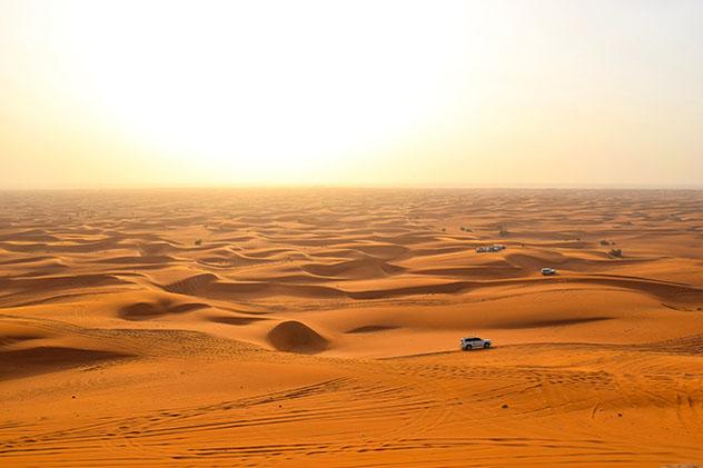 Conducir por el desierto es una actividad imprescindible de cualquier visita a Dubái, EAU © Emma Shaw / Lonely Planet