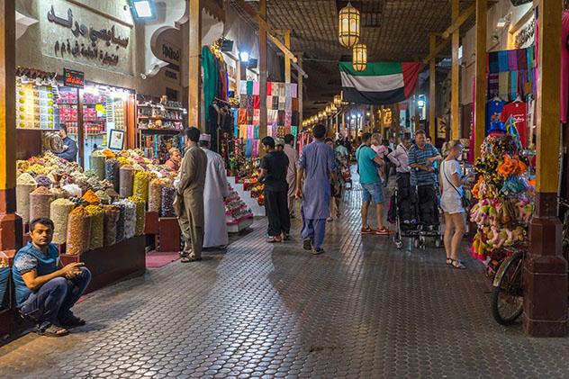 En los zocos de Dubái se pueden encontrar muchas gangas; si se sabe regatear, claro, EAU © Francesco Bonino / Shutterstock