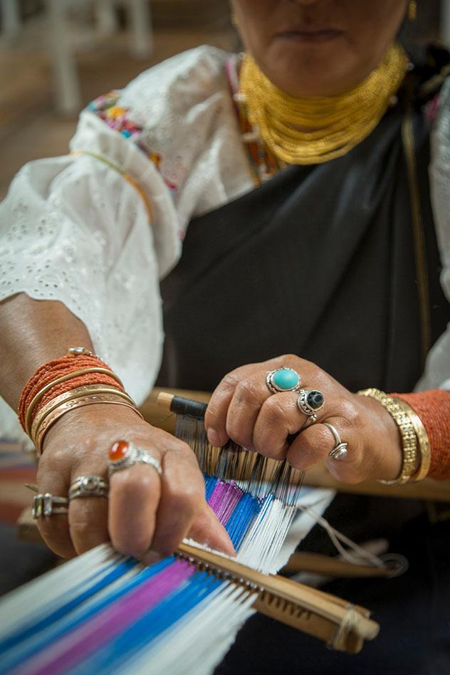 Luz Maria Andrango teje con un telar de cintura, un instrumento de la época de los incas, Ecuador © Philip Lee Harvey / Lonely Planet