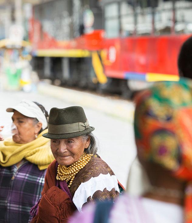 Comerciantes locales y guardafrenos esperan la salida del Tren de la Libertad desde Ibarra, Ecuador © Philip Lee Harvey / Lonely Planet