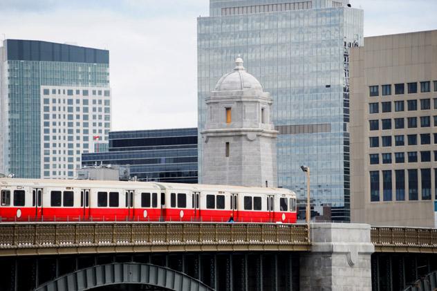 Tren en el puente sobre río Charles, Boston, Estados Unidos © ND700 / Shutterstock