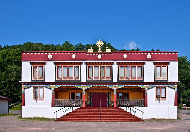 La naturaleza que rodea Woodstock alberga muchas sorpresas, entre ellas este monasterio budista, Catskills, Nueva York, EE UU © Sam Aronov / Shutterstock