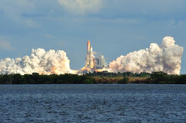 Lanzamiento del transbordador especial Atlantis desde el centro espacial John F. Kennedy, costa espacial de Florida, EE UU © Jose Antonio Perez / Shutterstock