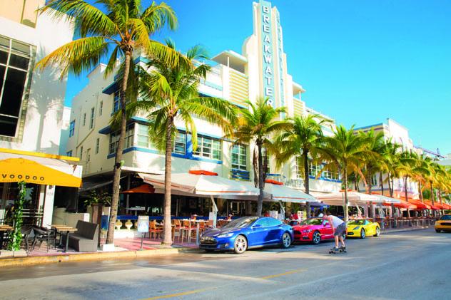 En Miami hay que hacer skateboarding en Ocean Drive, Florida, EE UU © LittleNY / Shutterstock