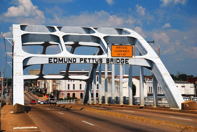 El puente Edmund Pettus fue escenario de un sangriento choque entre manifestantes y policía en 1965, Selma, sur de EE UU © Kirkikis / Getty Images