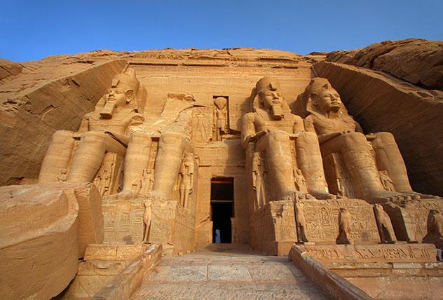 Cuatro estatuas de Ramsés II presiden la entrada de su templo en Abu Simbel, Egipto © Dan Breckwoldt / Shutterstock