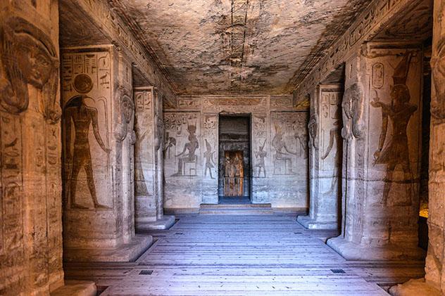 Descubrir los misterios del antiguo Egipto en templos tan mágicos como Abu Simbel, cerca de la frontera sur del país © Anton_Ivanov / Shutterstock