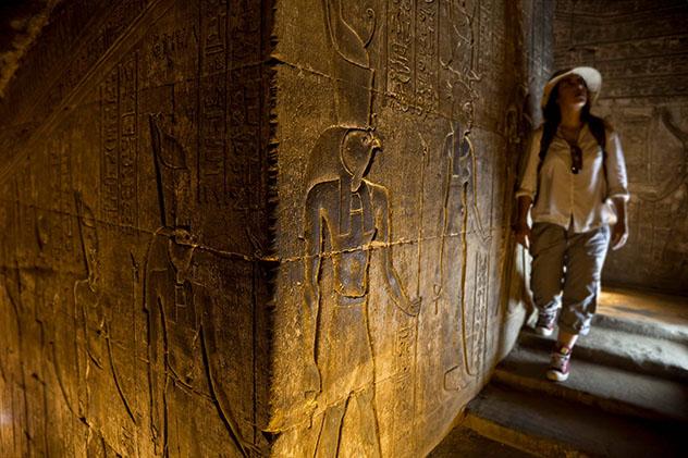 Mujer viajera en el templo de Edfu, Egipto
