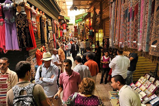 Grupo de viajeros en el zoco de El Cairo, Egipto